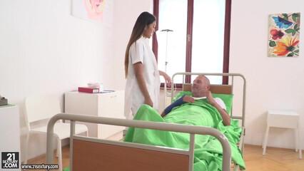 Двойное проникновение членов в щелки медсестры