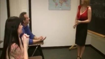 Преподавательницы с огромными сиськами дрочат член мужика в классе