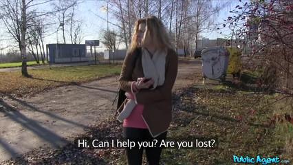Девчонка пока ждала автобус и потрахалась и денег заработала