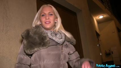 Блондинка долго ломалась, но потом все-таки согласилась взять в рот за деньги