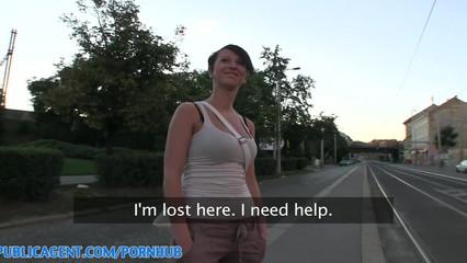 Эта девчонка отрабатывает свои деньги прямо на улице
